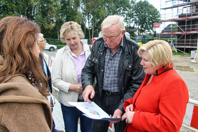 Der Aufsichtsratsvorsitzende der Wohnungsbau Wesermarsch Hans-Joachim Beckmann mit Ministerin Cornelia Rundt (rechts) und der SPD-Landtagsabgeordneten Karin Logemann.
