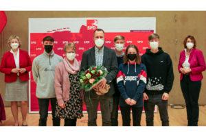 von links Karin Logemann , in der Mitte Dr. Frank Ahklhorn mit seiner Frau und 4 Kinder, rechts Susanne Mittag.
